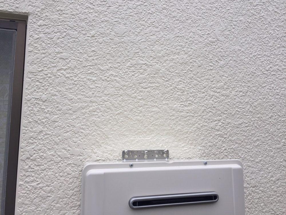 高崎市でガス給湯器交換工事完了!が、外壁の塗装が必要に…